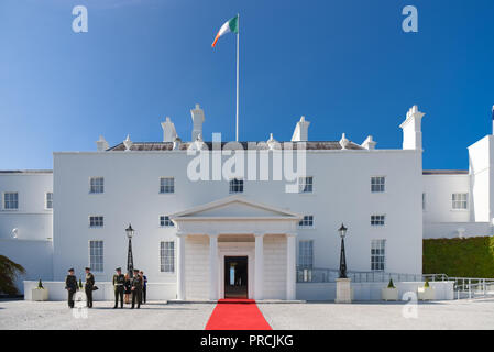 Soldiers wait outside Aras An Uachteran, the residence of the Irish President, for a VIP visitor. Phoenix Park, Dublin, Ireland. - Stock Image