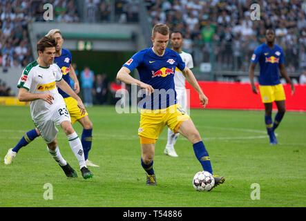 sports, football, Bundesliga, 2018/2019, Borussia Moenchengladbach vs RB Leipzig 1-2, Stadium Borussia Park, scene of the match, f.l.t.r. Jonas Hofmann (MG), Kevin Kampl (RBL) covered, Lukas Klostermann (RBL), DFL REGULATIONS PROHIBIT ANY USE OF PHOTOGRAPHS AS IMAGE SEQUENCES AND/OR QUASI-VIDEO - Stock Image