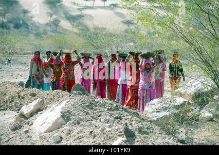 Indian women working in a quarry in Rajasthan, India. - Stock Image