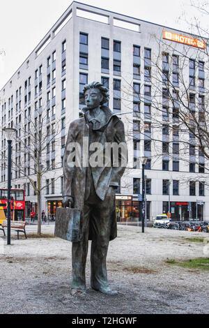 Berlin,Mitte,Washingtonplatz.'Partenza' statue,  Bronze Sculpture 'Departure' by Italian Artist Giampaolo Talani. Man with a suitcase - Stock Image