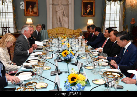 U.S. Secretary of State Rex Tillerson hosts a working luncheon for Vietnamese Prime Minister Nguyen Xuan Phuc at - Stock Image