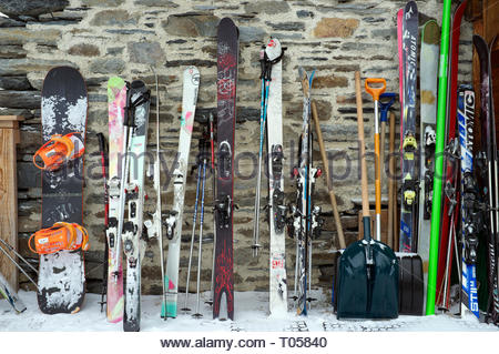 A snowboard and sets of skis, outside a restaurant at the ski resort in Sainte-Foy-Tarentaise, Auvergne-Rhône-Alpes region in south-eastern France. - Stock Image