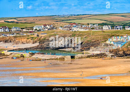 6 July 2018: Bude, Cornwall, UK - The beach and tidal swimming pool, with the town and hills beyond, during the summer heatwave. The hills are showing - Stock Image