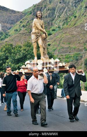 Easter Friday, La Gomera, Canary Islands. Effigy of Christ carried to church of Santo Domingo de Guzman in the Hermigua - Stock Image