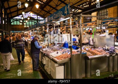 Spain, Jerez de La Frontera, Plaza de Abastos, Mercado Central, customer at central fish market stall - Stock Image