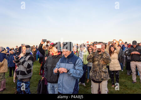 Stonehenge, Amesbury, UK, 21st  June 2018,   Crowd photographing sunrise at the summer solstice  Credit: Estelle Bowden/Alamy Live News. - Stock Image