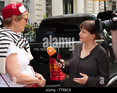 London, UK. 17th June 2019. Hunger striker Richard Ratcliffe in front of the Iranian embassy in London in protest of the detention of his wife Nazanin Zgahari in Iran over spying allegations. One of Richards supporters interviewed by the German television broadcaster ZDF. Credit: Joe Kuis / Alamy - Stock Image