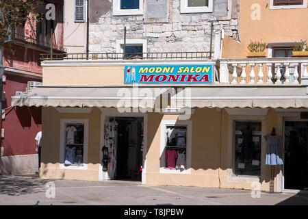 Kroatien, Dalmatien, Modegeschäft in Omis - Stock Image