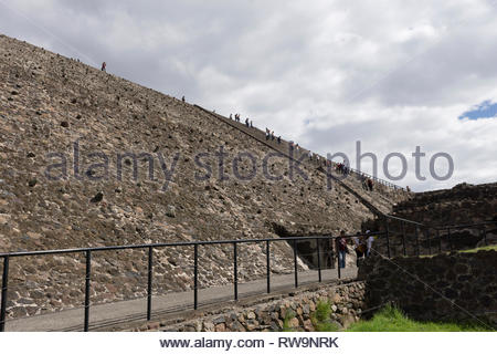 Tourists climb the Pyramid of the Sun at Teotihuacan,  Mexico.  This pyramid is the third largest pyramid in the world. - Stock Image