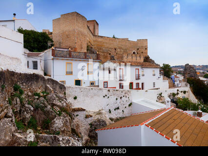 The 9th century, Berber Cañete la Real Castle towering above the town of Cañete la Real,  Province of Málaga, Andalusia, southern Spain. - Stock Image