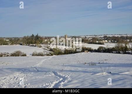 The fields around the north Oxfordshire village of Hook Norton lie under approx 6 inches/15cm of snow. St Peter's - Stock Image