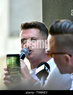 Tommy Robinson (Stephen Yaxley-Lennon) speaks to a crowd of his supporters outside the Old Bailey after being told he will face a retrial for contempt - Stock Image