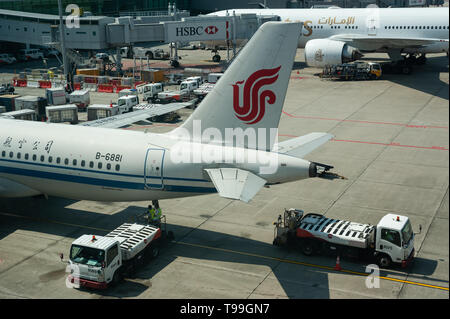 18.04.2019, Singapore, , Singapore - An Air China Airbus A320 passenger aircraft at Changi Airport. Air China is a member of the Star Alliance. 0SL190 - Stock Image
