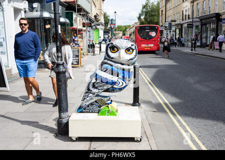 Hoops the owl sponsored by Bath rugby club part of the Minervas owls of Bath trail - Stock Image