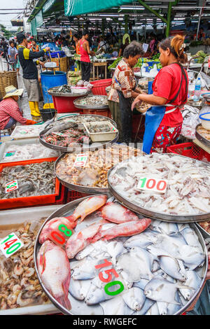 Bangkok, Thailand - 6th September 2009: Vendors on Khlong Toei market. The market is the largest wet market in the city. - Stock Image