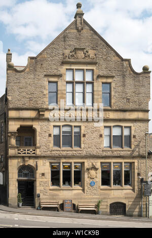 The old Conservative Club building, now Harvey Leonards Wine & Ale shop, in Glossop, Derbyshire, England, UK - Stock Image