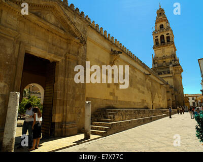 Two tourist's at a gateway to the Mezquita - Stock Image