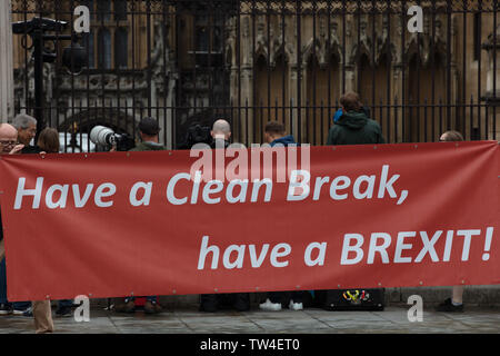 London, UK. 18th June 2019. Large and wide pro-Brexit banner in front of the House of Parliament, London, on Parliament Square. Photographers following the coming and going of MP's. Credit: Joe Kuis / Alamy - Stock Image