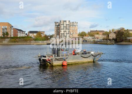 Glasgow, Scotland. 26th Oct 2018. UK Weather: 26th, October, 2018. Renfrew, Scotland, UK, Europe. High pressure over the Glasgow and Renfrewshire area provided strong bright sunshine, no wind and temperatures dropping to around 9 degrees centigrade. Here the Renfrew Ferry leaves the slip on its short trip over the river Clyde to Yoker Credit: Douglas Carr/Alamy Live News - Stock Image