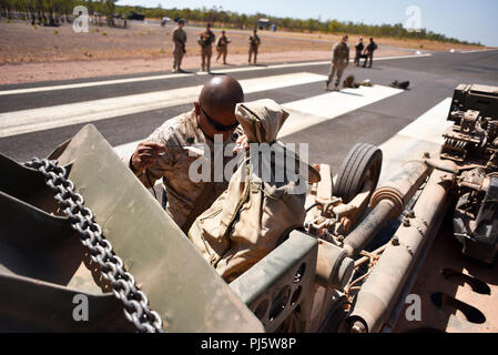 Gunnery Sgt. Osman Lima with Mike Battery, 3rd Battalion, 11th Marine Regiment, checks the M777 Howitzer before it is aerial-lifted by an MV-22 Osprey with Marine Medium Tiltrotor Squadron 268 (VMM-268) during Marine Rotational Force – Darwin's Exercise Koolendong at Mount Bundey Training Area, Australia, Aug. 25, 2018. This is the first time an Osprey has lifted and moved a Howitzer in the field in Australia and it is the first time an entire artillery battery deployed in support of MRF-D.    (U.S. Marine Corps photo by Staff Sgt. Daniel Wetzel) - Stock Image