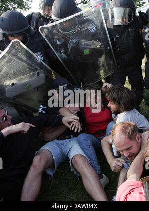 Police forces violently arrest G8 protesters near Hinter Bollhagen, Germany, 07 June 2007. Photo: Rainer Jensen - Stock Image