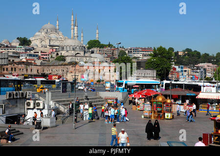 Turkey, Istanbul (Fatih municipality) Eminonu quarter, bus station and mosques (Rustem pasa mosque and Suleymaniye mosque) - Stock Image