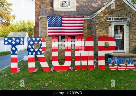 Bellmore, United States. 02nd Nov, 2016. Bellmore, New York, USA. November 2, 2016. Large letters spelling TRUMP, - Stock Image
