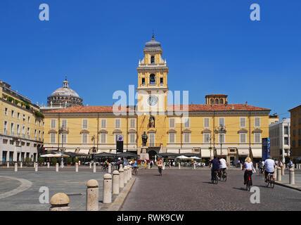 Piazza Garibaldi square and Governor's Palace (palazzo del governatore), Parma, Emilia Romagna, Italy - Stock Image