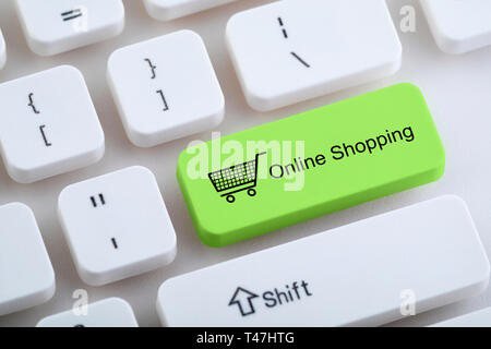 Computer keyboard with online shopping button - Stock Image