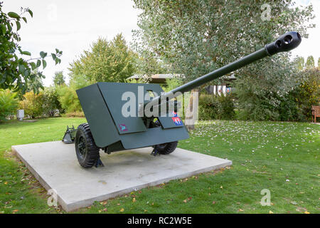 British field gun at Overlord Museum, Normandy, France - Stock Image