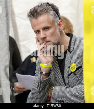 London, UK. 23rd Mar, 2019. Richard Bacon broadcaster and host of the People's Vote March and rally, 'Put it to the People',  preparing to go on stage. Credit: Prixpics/Alamy Live News - Stock Image
