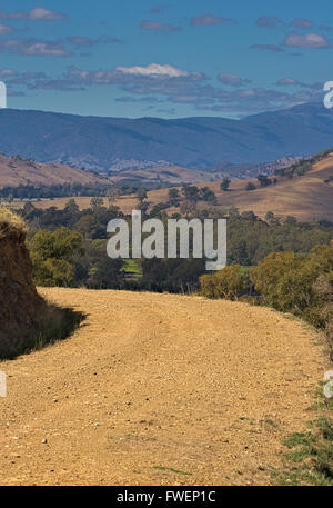 Unsealed farm road, looking out over the Australian countryside. - Stock Image