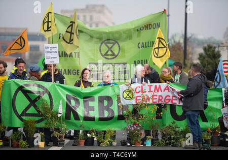 London, UK. 16th April, 2019. Extinction Rebellion Climate Change protesters continue a blockade of Waterloo Bridge to vehicle traffic during London's morning rush-hour. Credit: Malcolm Park/Alamy Live News. - Stock Image
