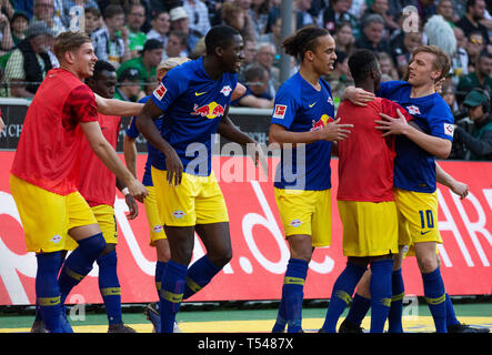sports, football, Bundesliga, 2018/2019, Borussia Moenchengladbach vs RB Leipzig 1-2, Stadium Borussia Park, rejoicing at the 0-2 to Leipzig by goal scorer Marcel Halstenberg (RBL) not pictured, f.l.t.r. substitute Emile Smith Rowe (RBL), substitute Bruma (RBL), Ibrahima Konate (RBL), Yussuf Poulsen (RBL), substitute Amadou Haidara (RBL), Emil Forsberg (RBL), DFL REGULATIONS PROHIBIT ANY USE OF PHOTOGRAPHS AS IMAGE SEQUENCES AND/OR QUASI-VIDEO - Stock Image