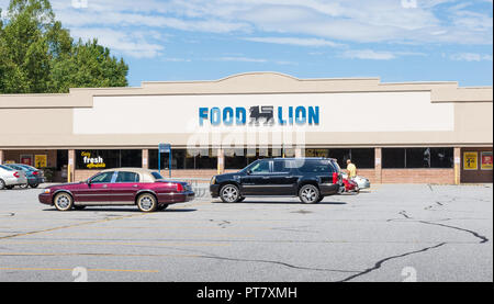 HICKORY, NORTH CAROLINA, USA-9/18/18: Building and sign of Food Lion Grocery supermarket, with one man in parking lot. - Stock Image