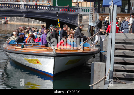 Passengers disembarking / embarking a canal cruise boat at Højbro Plads (Hoejbro Square) in Copenhagen, Denmark. - Stock Image