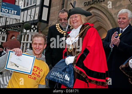 Alexander Kitchenham receiving his Certificate from the Mayor, Councillor Jeanette Eagland, for winning the Mens - Stock Image