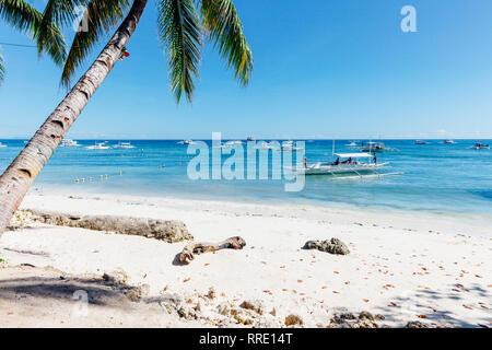 An idyllic view of the popular white sand Alona Beach located on Panglao Island, Bohol, Philippines - Stock Image