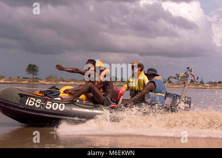 Floods in Mozambique 10/03/2000 South African volenteer Johan Leeflang delivers supplies on his own boat to stranded - Stock Image