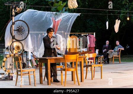 Mülheim an der Ruhr, Germany, 14 July 2018. Pictured: Ferhat Keskin. 'Verrückt' (Crazy) by Eduardo de Filippo, performed by Theater an der Ruhr during the Weiße Nächte (White Nights) Open-Air Festival in Raffelbergpark. Photo: Bettina Strenske/Alamy Live News - Stock Image