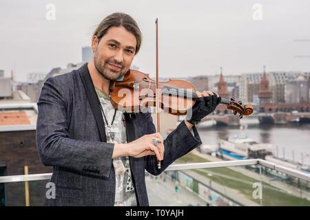 Berlin, Deutschland. 21st Mar, 2019. 21.03.2019, star violinist David Garrett presents his new crossover tour UNLIMITED - GREATEST HITS at the 260-degree bar in Berlin, with which he will perform in the capital. Portrait of the musician with violin on the terrace of the 206 degree bar. | Usage worldwide Credit: dpa/Alamy Live News - Stock Image