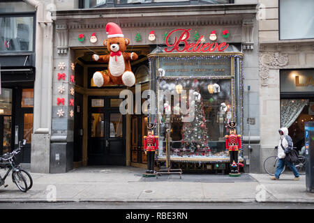 Ornate Christmas decorations outside LILLIE'S VICTORIAN ESTABLISHMENT on East 17th Street in downtown Manhattan, New York City. - Stock Image