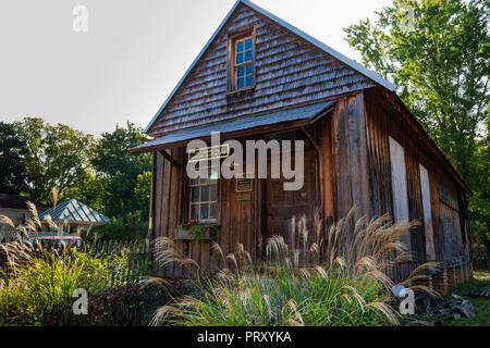 JONESBOROUGH, TN, USA-9/29/18: A quaint shop building houses a traditional mirror or 'looking glass' maker. - Stock Image