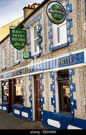 Ireland, Co Leitrim, Drumshanbo, Berry's Tavern, sea shell-studded exterior - Stock Image