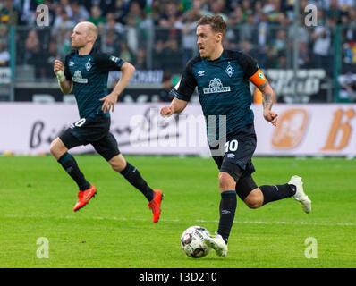 sports, football, Bundesliga, 2018/2019, Borussia Moenchengladbach vs SV Werder Bremen 1-1, Stadium Borussia Park, scene of the match, Max Kruse (Bremen) in ball possession, left Davy Klaassen (Bremen), DFL REGULATIONS PROHIBIT ANY USE OF PHOTOGRAPHS AS IMAGE SEQUENCES AND/OR QUASI-VIDEO - Stock Image