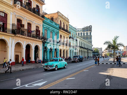 American cars outside old colonial buildings on Agramonte, opposite Capitolio Nacional, in the centre of Havana, capital of Cuba - Stock Image