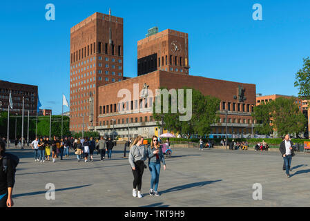 Oslo City Hall, view across Oslo City Square (Radhusplassen) towards the  City Hall building (Radhus) in the Aker Brygge area of Oslo, Norway. - Stock Image