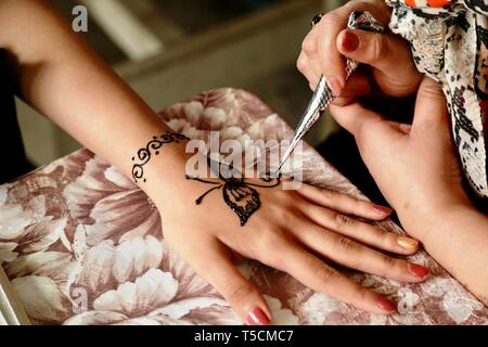 Baghdad, Iraq. 23rd Apr, 2019. A visitor's hand is drawn a henna design at the Festival of the Institute of Crafts and Folk Arts in Baghdad, Iraq, April 23, 2019. Credit: Khalil Dawood/Xinhua/Alamy Live News - Stock Image