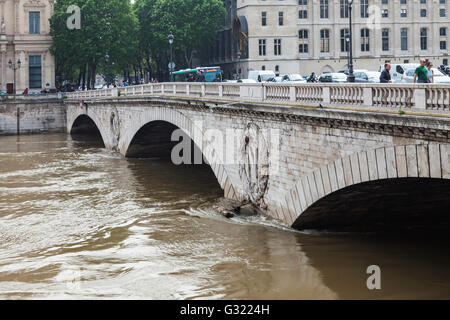 Paris, France. 06th June, 2016. Flood decrease, decrue de la Seine, pont au Change, Paris, 06/06/2016 Credit:  Ignacio - Stock Image