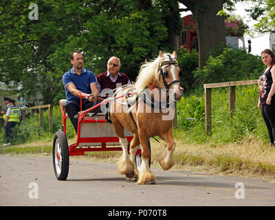 horse drawn trap driven by two men, one with an eye-patch on the hill Appleby-in Westmorland at the annual Appleby Horsefair, Cumbria, England UK, 8 June, 2018. horse & trap Appleby Credit: Steve Holroyd/Alamy Live News - Stock Image